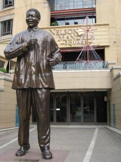 Statue of Nelson Mandela, a tour attraction in Sandton iNingizimu Afrika